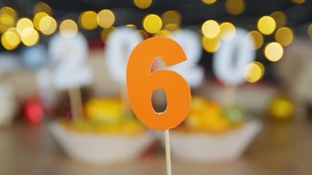 Újévi visszaszámlálás 2020. Boldog új évet bogyók cupcakes a 2020 számok bokeh karácsonyi tündér fények háttérben. Cupcakes a számok, mint szimbólum az új év 2020.