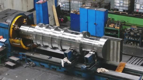 Velký váleček se vytváří na kovové válcovně v továrně. Tvorba profilů, stroje pro tvorbu svitků z ocelového plechu. Příprava Válcovny. Obrábění částí strojů.