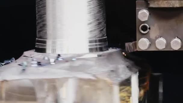 Frézovací stroj řezáním části vzorku. Otáčím se v akci. Při otáčení na stroji s řezním nástrojem se obracejí na kovový slepý pokus. Příprava Válcovny. Obrábění částí strojů
