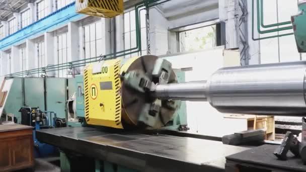 Velký váleček se vytváří na kovové válcovně v továrně. Tvorba profilů. Příprava Válcovny. Obrábění částí strojů.
