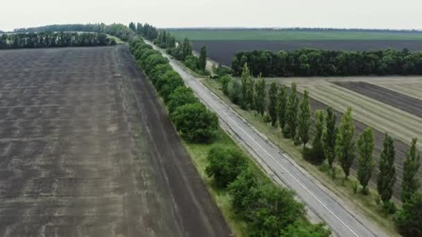 Légi felvétel egy autópályáról. Emberi lábnyom a természetben. Az ember antropogén hatása a természetre. Föld védelme és a bolygó koncepciójának megmentése.