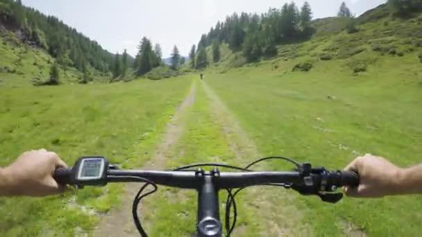 POV muž na koni e kolo po přítele žena. MTB akce cyklista zkoumání společně horská stezka cesta. Elektrické kolo aktivních lidí sport cestování dovolená v Alpách Itálie venku v summer.4k video
