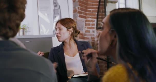 Správce žena manažerka mluví s kolegy či zaměstnance. Skupina mnohonárodnostní lidí, kteří mají neformální pracovní setkání týmu v restauraci. Týmová spolupráce, firemní, rozmanitost a sociální koncepce