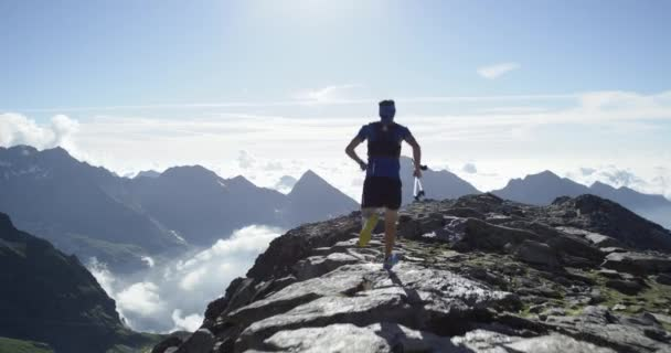 man run on cliff edge.trail runner running to mountain peak training on felsigen climb.wild green nature outdoor at sunrise or sunset backlit. Aktivität, Sport, Anstrengung, Herausforderung, Willenskraft Konzepte
