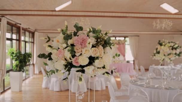 ünnepi esküvői asztal egy étteremben dekorációval