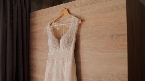 koszorúslány esküvői ruha lóg a szekrény