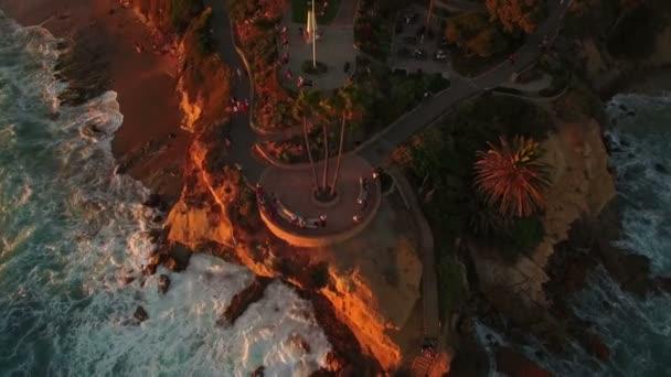 Laguna Beach Inspiration Point Sonnenuntergang Luftaufnahme California Coast Rückwärts Tilt Up Enthüllung