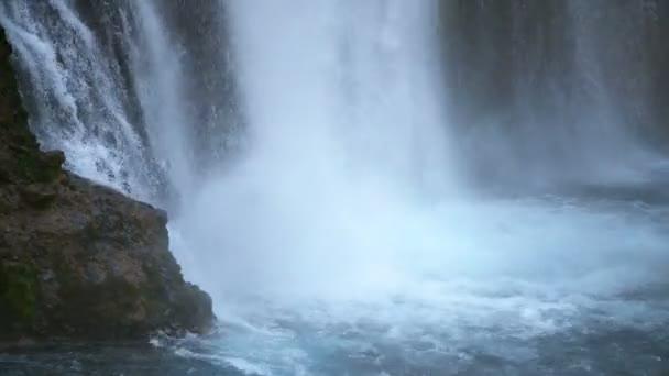 Burney Falls Bottom Skály a vodopády v Shasta California