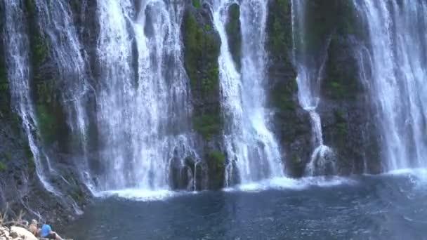 Turisté u vodopádů Shasta, Kalifornie, Burney Falls