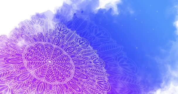 Orientalisches Mandala-Muster rotiert auf einem abstrakten blauen Aquarell-Hintergrund. Animationsschleife.
