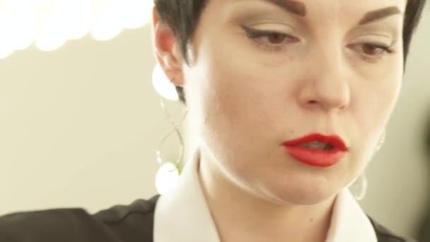 Face fodrászat, haj strand hullámzást a darabolás alatt kozmetika fodrászat ollóval. Közelről nő fodrász fodrászat dolgozó