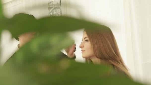 Ženské kadeřník dělá ženský účes po Kadeřnické studio krásy. Detailní záběr haircutter práce s klientem žena v kadeřnictví.