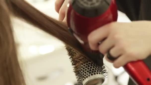 Haircutter χρήση σεσουάρ για στέγνωμα μαλλιών γυναικεία και βούρτσα ... 2a8566fc5a1