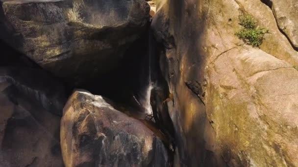 Horská řeka mezi velké kameny v zobrazení hukot vodopádu. Skalnatý vodopád a řeka v tropické džungli. Divoká příroda krajina z létající DRONY