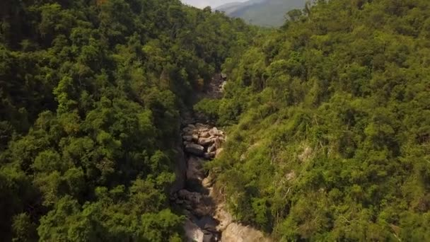 Rocky river v tropických lesích a horské krajiny letecký pohled. DRONY zastřelených horské řeky s velkými kameny v deštném pralese. Divoké přírody krajiny z výšky