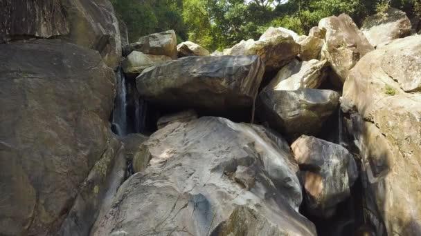 Skalnatý vodopád v letecký pohled na deštný prales. Horské řeky a velkých kamenů v vodopád na pozadí zelených lesů. Divoká příroda krajina