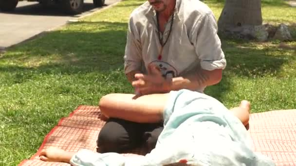 Profesionální cokoliv dělat thajské masáže pro ženu k léčení a relaxaci. Člověk dělá jóga masáže ženské nohy. Léčba a rehabilitace koncept. Východní medicína