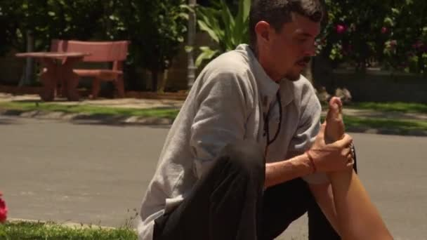 Thajská massagiste dělá protahovací masáž venkovní ženské nohy. Profesionální masér dělá kurz thajské masáže. Léčba a rehabilitace koncept