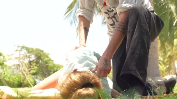 Žena přijímající akupunkturní masáž. Massagiste dělá jógu masážní venkovní. Profesionální akupresurní masáž. Relaxace a rehabilitace koncepce