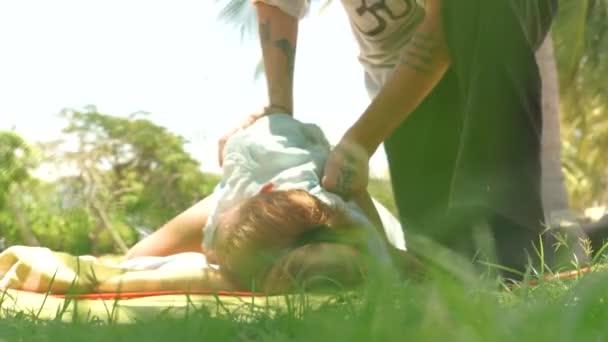 Žena se venkovní akupresurní masáž zad. Jóga koncept masáže. Akupresurní masáž pro léčbu a rehabilitaci těla. Tradiční východní medicína