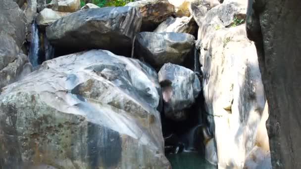 Proudu vodopádu v horách. Panoramatický pohled v přírodní vodopád v divoké džungli. Tok vody horské řeky od skalnatého vodopádu. Divoká příroda krajina