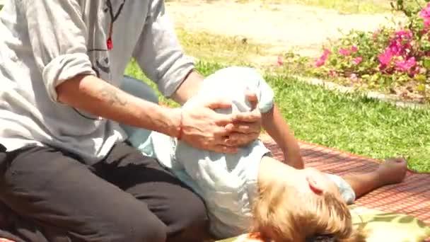 Stretching Massage für Behandlung Schmerzen im Hals und zurück im Freien. Alternative und traditionelle Medizin für Muskelentspannung und Erholung. Thai und Yoga Massage Konzept