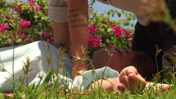 Jóga massagiste dělat masáž těla venkovní. Žena thajské masáže od profesionálního massagiste. Akupresurní masáž pro uvolnění těla a zotavení. Léčba a uzdravení koncept