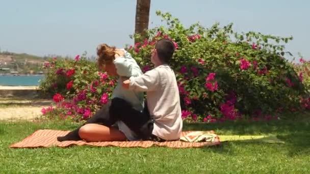 Protahovací masáž zad ve stylu jógy. Žena se venkovní thajskou masáž. Profesionální akupresurní masáž v thajském stylu. Alternativní a tradiční medicíny. Léčba a uzdravení koncept