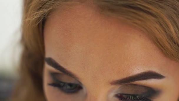 Portrét krásná žena s dokonalým make-upem oči zavřít nahoru. Mladá žena tvář s Kouřově oči tvoří. Tvář make-up model