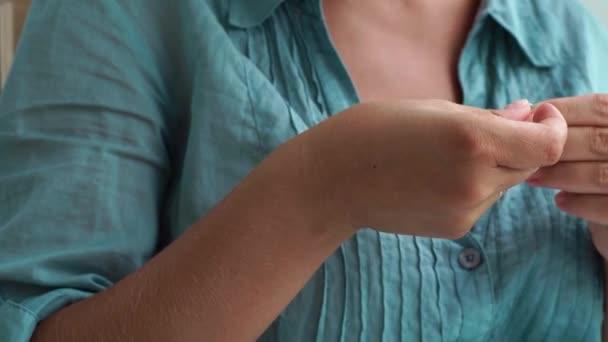 Domácí manikúra, úprava a nehty péče o koncept. Žena používající pilník pro domácí manikúru. Detailní záběr žena dělá sami manikůra.