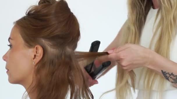 économiser jusqu'à 80% sélectionner pour le meilleur grande remise Coiffeur, boucler les cheveux avec des pinces à cheveux tout en créant la  coiffure élégante en salon de beauté. Salon de coiffure à l'aide de fer à  friser de coiffure élégante pour femme cheveux ...