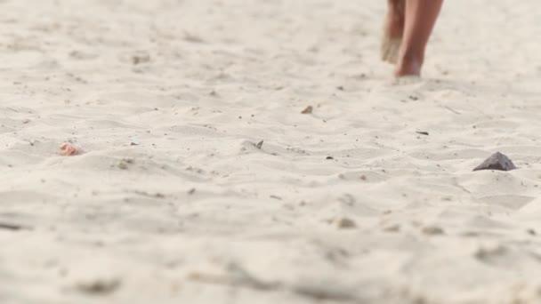 Žena nohy chůzi na písku zblízka. Bosá žena chůze na písečnou pláž nízkou pohled