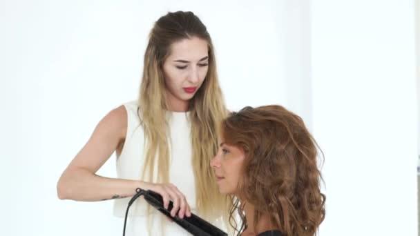 Friseur Machen Lockige Frisuren Mit Glatteisen Schone Frau Gesicht Junge Frau Beim Eisstockschiessen Mit Haar Zange Im Beauty Studio Schonheit Und Hairstyling Konzept