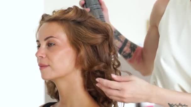 Peluqueria Con Laca Para El Cabello Durante La Creacion De Peinado