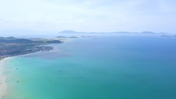 Krásné moře a lodě na modré oblohy a horské pozadí letecký pohled od létající dron. Letecké krajina modrý oceán a Panorama