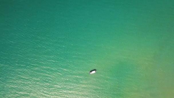 Moře lodí plujících v letecký pohled na modrou vodou. Rybářská loď v tyrkysové moře pohled shora létající DRONY