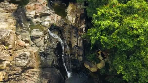 Horský vodopád a rocky river v letecký pohled na deštný prales. Toku horské řeky v kamenité vodopád v tropických lesů dron zobrazení