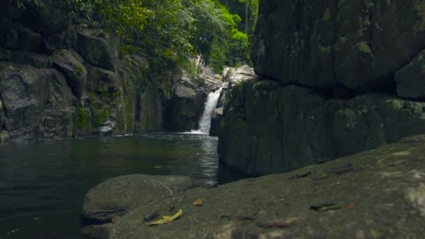 Berg-Wasserfall im Dschungel. Strom Wasser vom Wasserfall auf großen Steinen im Fluss
