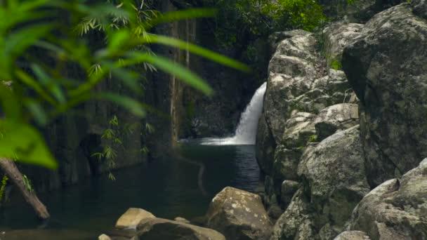 Proud vody z vodopád teče na velkých kamenů v řece. Horský vodopád v džungli.