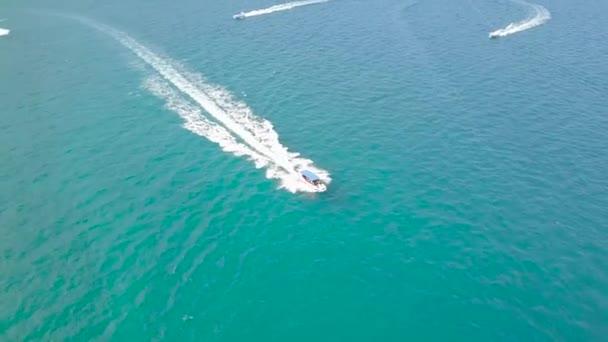 Lodě, nemocný v moři vody letecké krajině. DRONY zobrazení pohledu plachetnice v tyrkysové moře. Krajina z výše modré mořské laguny a lodí