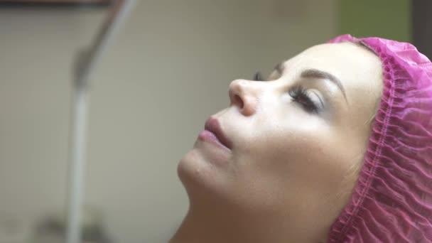 Zblízka obličej mladé ženy kosmetický salon. Mladá žena v kosmetologii klinice. Profesionální péče a léčby v lékařské kliniky