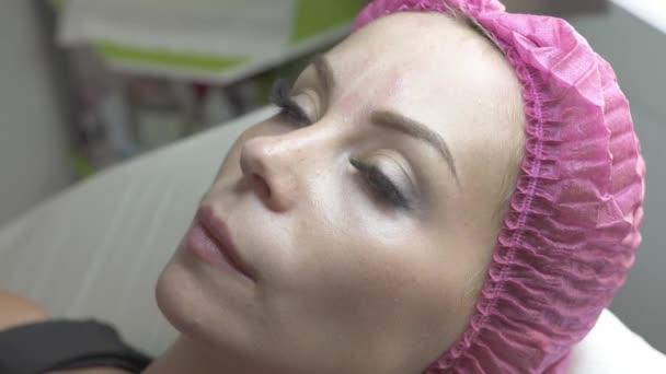 Portré fiatal nő kozmetikai szalonban. Gyönyörű nő kozmetikai klinikán. Professzionális kozmetika és a kezelés a magánklinika plasztikai sebészet. Arc bőr ellátás és a szépség fogalma.