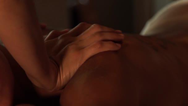 Masáže a wellness koncept těla. Žena přijímající olejová masáž v salonu spa. Mladá žena v salonu krásy. Těla Relaxace a péče o pleť.
