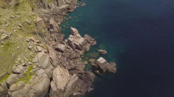 Cliff mountain a modré moře letecký pohled. Krásné skalnaté pobřeží a transparentní oceán vody pohled z létající dron. Pohled shora tyrkysové moře krajina