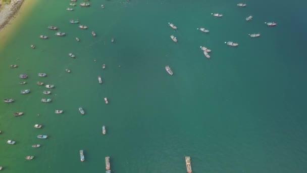 Rybářské čluny a lodě v letecký pohled na tyrkysové moře. Plavba lodí a člunů na parkování v zátoce moře výhled z létající DRONY