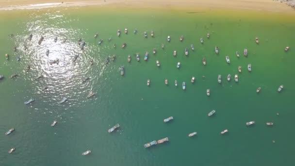 Plachetnice a rybářské lodě v modré moře poblíž písečné pobřeží letecké krajiny. Rybářské čluny a plachetnice v moři parkování pohled DRONY