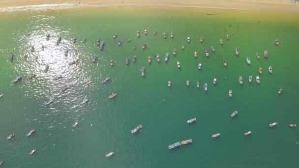 Vitorlások és a kék tenger partján légifelvételek közelében álló hajók. A halászhajókat és a vitorlás hajók tengerre port drone.