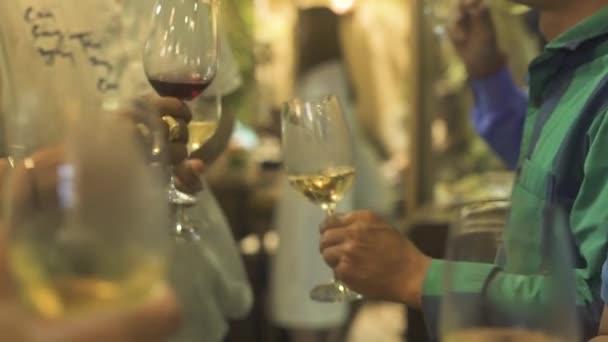 Lidé pít víno z brýlí na akci party. Lidé ochutnávka červené a bílé víno z večírku degustační skleničku