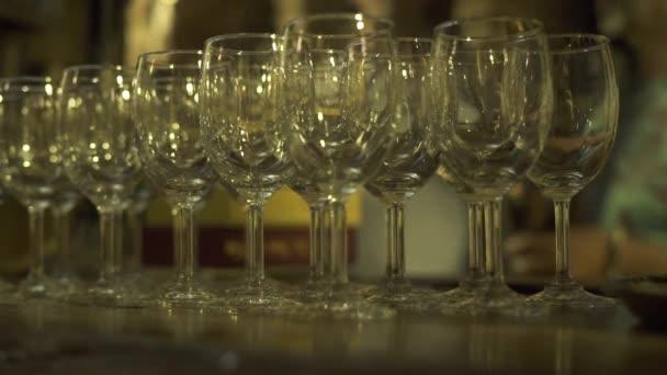Prázdné sklenice stojící na straně stolu v restauraci zavřít. Jasné vinné sklenice u stolu pití na party
