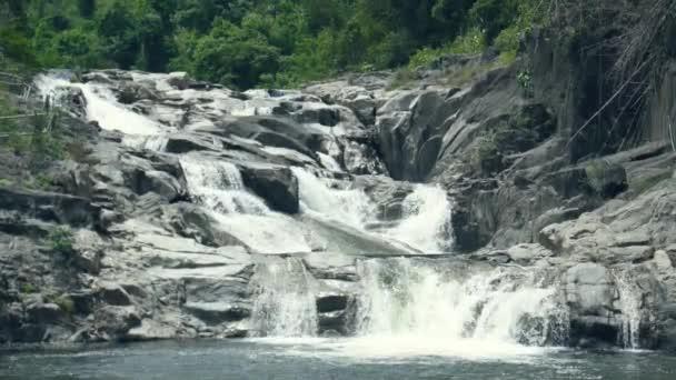 Krásný vodopád teče na velké kameny v horské řece. Krajina vodní proud toku od horské řeky v vodopád